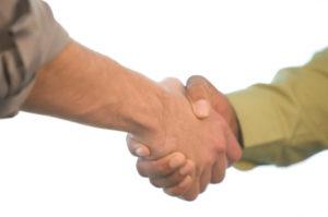 arbeidsbemiddelaar schudt de hand met klant